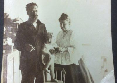 Juan Betehncourt y Carmen Herrera con su hija